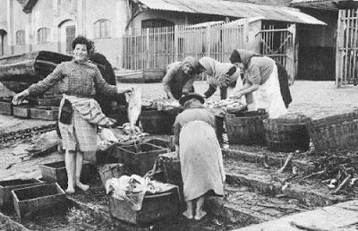 Fishwives labor.